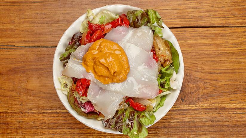 Ensalada de verduras asadas con bacalao, salsa romesco y lechuga gourmet.