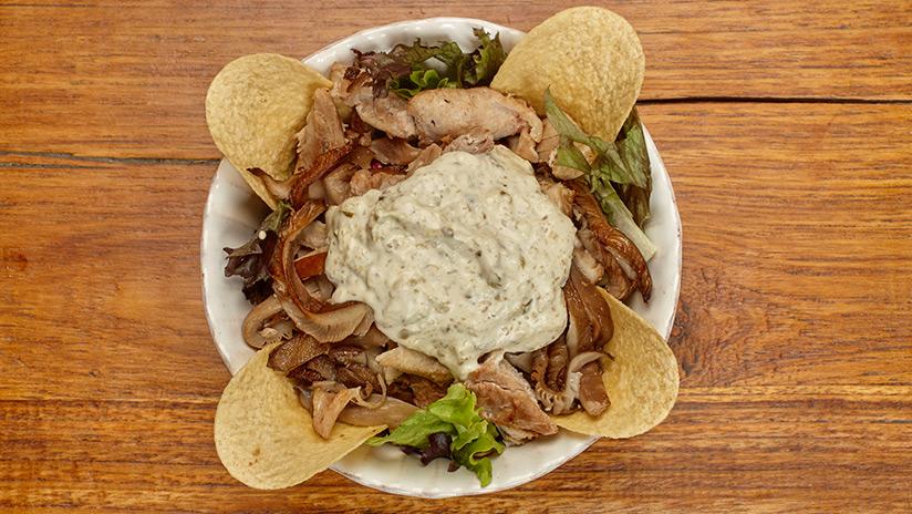 Ensalada de pollo con setas naturales, salsa tártara y mezclum de lechugas.