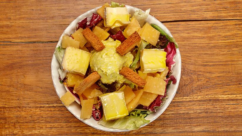 Ensalada de lechugas con surtido de quesos y tostones a la vinagreta dulce de mostaza.
